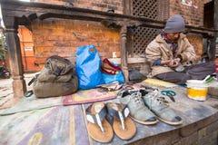 O sapateiro trabalha na rua O sistema de casta é hoje ainda intacto mas as regras não são tão rígidas como se realizavam no passa Imagem de Stock