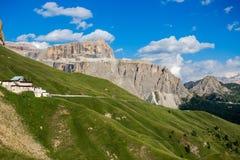 O Sass Pordoi é um relevo das dolomites, no grupo montanhoso de Sella, província de Trento, Itália foto de stock