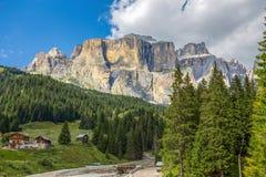 O Sass Pordoi é um relevo das dolomites, no grupo montanhoso de Sella, província de Trento, Itália fotografia de stock