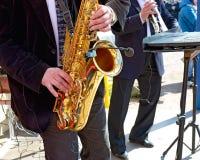 O saxofone nas mãos do músico Foto de Stock Royalty Free