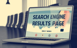 O Search Engine resulta página - na tela do portátil closeup 3d Foto de Stock Royalty Free