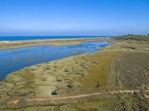 O seascape aéreo, em pantanais de Ria Formosa estaciona, Portugal foto de stock