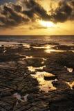O seascape bonito no por do sol com nuvens dramáticas ajardina o imag Foto de Stock
