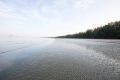 O seascape calmo, as marcas de ondinha bonitas e acenam delicadamente no th foto de stock royalty free