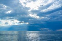 O Seascape do sol de superfície e bonito liso da água irradia Fotografia de Stock
