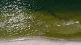 O seascape meditativo cênico com pequeno doma ondas video estoque