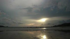 O Seascape no por do sol refletiu na areia molhada da praia com ondas entrantes filme