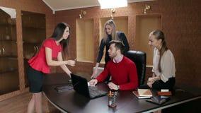 O secretário dá originais para assinar a seu chefe Equipe do negócio na reunião video estoque