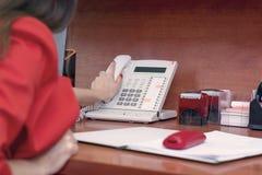 O secretário da menina pegarou o telefone, fim acima Telefonemas no trabalho Trabalho duro imagem de stock royalty free
