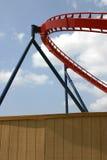 O segmento da montanha russa atrás da cerca de madeira de Busch jardina, Tampa Florida Fotografia de Stock