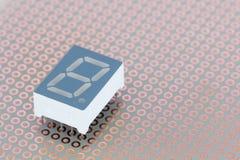 O segmento sete conduziu o indicador de um único dígito em uma tábua de pão de cobre Fotos de Stock