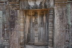 O segredo de Angkor atrás da porta imagens de stock royalty free