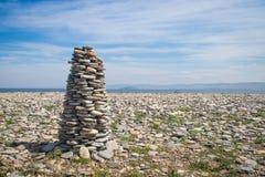O seixo apedreja a coluna na praia do ` s de Kurma do Lago Baikal imagens de stock