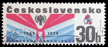 O selo de Checoslováquia mostra a imagem que comemora o 30o aniversário do movimento pioneiro para crianças em Checoslováquia Imagem de Stock