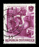 O selo impresso em Áustria, devotada ao 15o aniversário da indústria nacionalizada, representou o aço de derramamento, VOEST, Lin Imagem de Stock Royalty Free