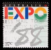O selo impresso em Austrália mostra o logotipo do ` 88 da expo, exposição universal, Brisbane Imagens de Stock