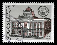 O selo impresso em Jugoslávia mostra o 30o aniversário da universidade de Sarajevo Fotografia de Stock Royalty Free
