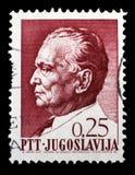 O selo impresso em Jugoslávia mostra um retrato do presidente jugoslavo Josip Broz Tito Fotografia de Stock Royalty Free