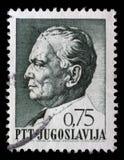 O selo impresso em Jugoslávia mostra um retrato do presidente jugoslavo Josip Broz Tito Foto de Stock Royalty Free