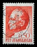 O selo impresso em Jugoslávia mostra um retrato do presidente jugoslavo Josip Broz Tito Foto de Stock
