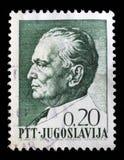 O selo impresso em Jugoslávia mostra um retrato do presidente jugoslavo Josip Broz Tito Imagem de Stock