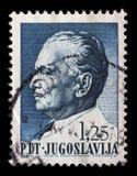 O selo impresso em Jugoslávia mostra um retrato do presidente jugoslavo Josip Broz Tito Fotografia de Stock