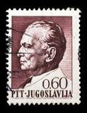 O selo impresso em Jugoslávia mostra um retrato do presidente jugoslavo Josip Broz Tito Imagens de Stock Royalty Free