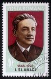 O selo impresso em Romênia mostra Ioan Slavici imagem de stock