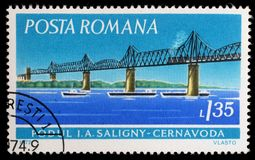 O selo impresso em Romênia mostra a ponte de Saligny, Cernavoda imagens de stock