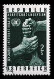 O selo impresso na Áustria mostra as mãos que guardam a chave, e o emblema do UN Imagem de Stock Royalty Free