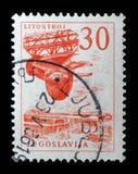 O selo impresso na Jugoslávia mostra a fábrica da turbina de Litostroj fotos de stock
