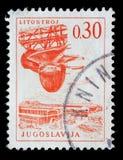 O selo impresso na Jugoslávia mostra a fábrica da turbina de Litostroj fotos de stock royalty free