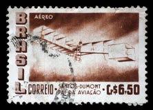 O selo impresso por Brasil mostra o 50th aniversário do voo do Pesado-do que-ar do ` s primeiro de Dumont Fotos de Stock