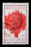 O selo impresso por Jugoslávia dedicou ao 30o aniversário dos princípios à terra de sistema de governo do auto Imagens de Stock Royalty Free
