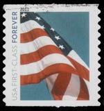 O selo imprimiu em EUA, bandeira, ` de primeira classe dos EUA do ` para sempre imagem de stock