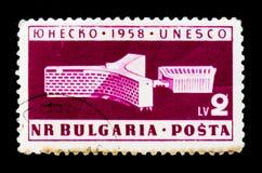 O selo postal de Bulgária mostra a UNESCO o prédio de escritórios, Paris, cerca de 1958 Fotografia de Stock
