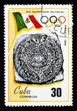 O selo postal de Cuba mostra a bandeira e o emblema de 19os Jogos Olímpicos em Mixico, Cuba, 1968, cerca de 1968 Imagens de Stock Royalty Free