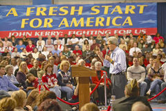 O senador John Kerry endereça a audiência dos suportes em um ginásio do sul da High School de Ohio em 2004 Fotos de Stock Royalty Free