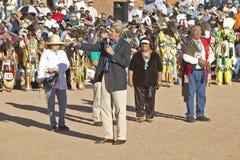 O Senator John Kerry fala do microfone na 83rd cerimónia indiana intertribal, Gallup, nanômetro foto de stock