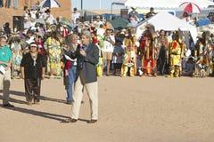 O Senator John Kerry fala do microfone na 83rd cerimónia indiana intertribal, Gallup, nanômetro fotos de stock