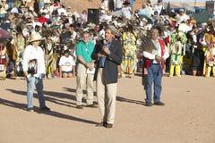 O Senator John Kerry fala do microfone na 83rd cerimónia indiana intertribal, Gallup, nanômetro imagens de stock