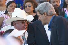 O Senator John Kerry interage com o membro da 83rd cerimónia indiana intertribal, Gallup da audiência, nanômetro imagens de stock