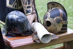 O senhor dos anéis: Capacetes de Rohan e de Gondor fotografia de stock
