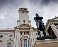 O senhor Stamford Raffles a estátua e o teatro de Victoria Fotografia de Stock