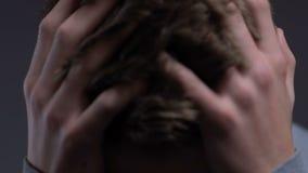 O sentimento comprimido do adolescente virou, gritando sobre o problema de saúde mental da perda do pai video estoque
