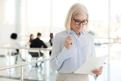 O sentimento de meia idade nervoso da mulher de negócios forçou o waitin receoso fotos de stock royalty free