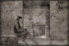 O sepia riscado tonificou as mulheres da foto que sentam-se no pneu no precário imagem de stock