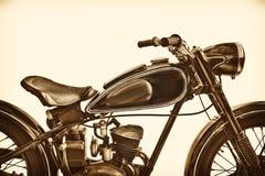 O Sepia tonificou a imagem de uma motocicleta do vintage Imagem de Stock