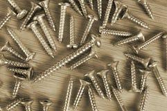 O Sepia tonificou os vários parafusos do metal e da madeira na madeira fotos de stock royalty free