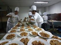 11o Sept 2016 Função de preparação ocupada do jantar do banquete do grupo da cozinha Imagem de Stock Royalty Free